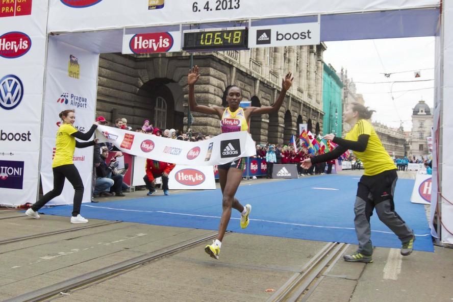 Gladys Cherono, la finish