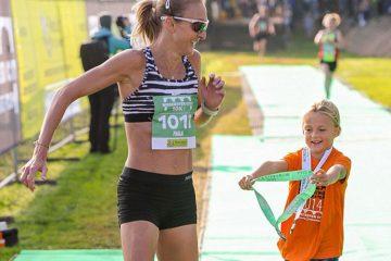 Paula Radcliffe, alături de fiica sa Isla, la o fugă