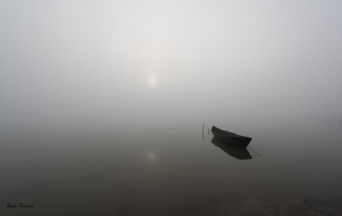 Barcă în Sarichioi, așteptând Soarele