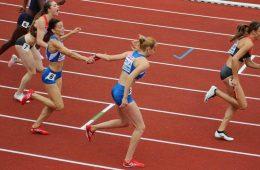 Anamaria Ioniță primind schimbul de la Adelina Pastro, la Campionatul European
