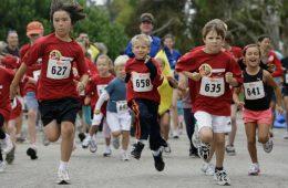 Copii alergand